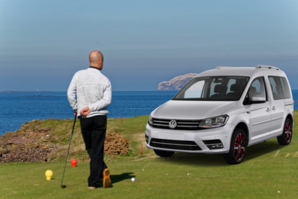 Juega al golf con el Volkswagen Caddy en Fetajo Rent a Car