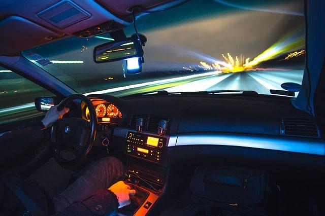 Consejos conduccion nocturna interior vehiculo
